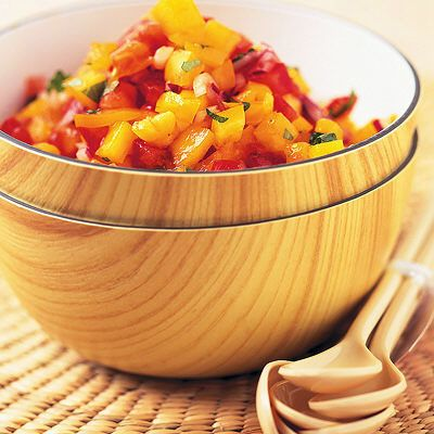 Mango salsa //   2 tärnade tomater  1 liten finhackad röd lök  0.5 finhackad gul paprika  300 g fintärnad mango  1 lime, pressad saft och halva mängden rivet skal  1 tsk rödvinsvinäger  1 tsk socker  0.5 tsk salt  0.5 tsk sambal oelek