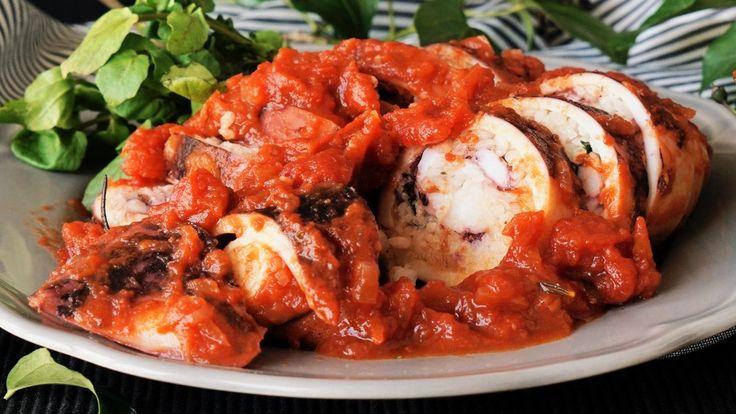 ビデオ指示付きレシピ: イタリアンと和食の融合!トマトたっぷりのイタリアンいかめし♪ 材料: イカ 小2杯(1杯200g), 《フィリング》, 白米 80g, にんにく 1片, イタリアンパセリ 3本, 粉チーズ 20g, 水 60ml, 塩 ひとつまみ, 《ソース》, 玉ねぎ 1/2個, にんにく 1片, ローズマリー 1本, ダイストマト缶 1缶(280g), 水 200ml, 顆粒コンソメの素 小さじ1, オリーブオイル 大さじ1, 塩 小さじ1/4, 胡椒 少々