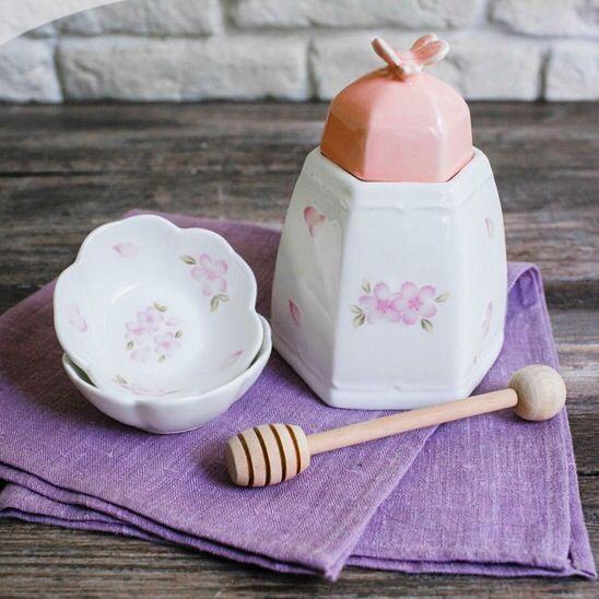 """Одна из наших любимых баночек для меда теперь не одна. ✌️   В комплект к ней теперь также можно приобрести набор из двух розеток. Баночка для меда """"Розовые лепестки""""-510 руб ( деревянная палочка в комплекте) Набор креманок -450 руб Www.mimilavka.ru"""