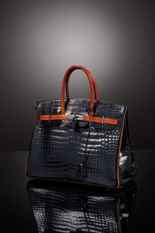 """HERMES Paris, made in France  Sac """"Birkin"""" 35 cm en crocodile porosus noir, attaches, fermoir palladium, double poignée, pattes de serrage et bourelets en crocodile porosus orange, clés, cadenas recouvert, protège pluie.  Année 2005"""