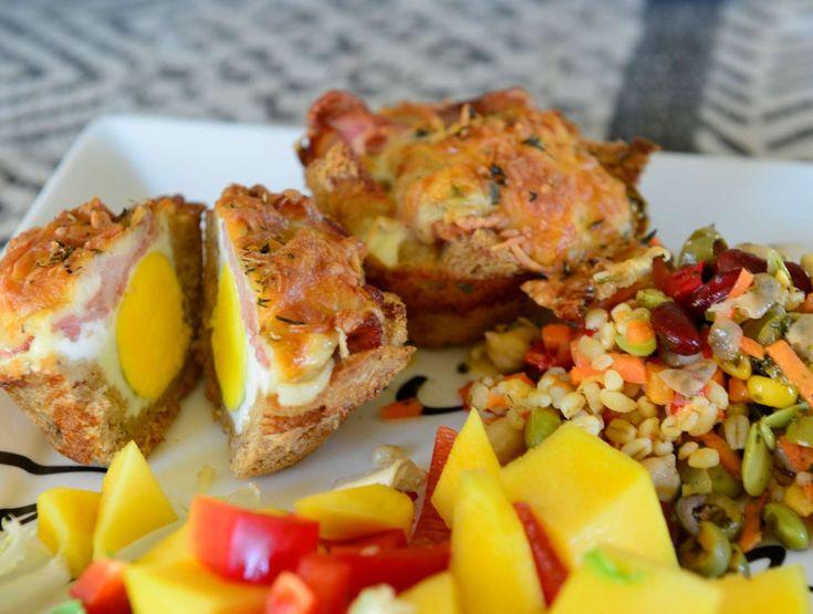 En brødskive i muffinsform, et egg, bacon og ost. Stekes i ovn 200 gr i 20 - 25 minutter.