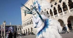 Durante il Carnevale, l'uomo mette sulla propria maschera un volto di cartone.  Xavier Forneret
