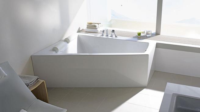 Salle de bain petite surface baignoire balnéo blanc Aubade
