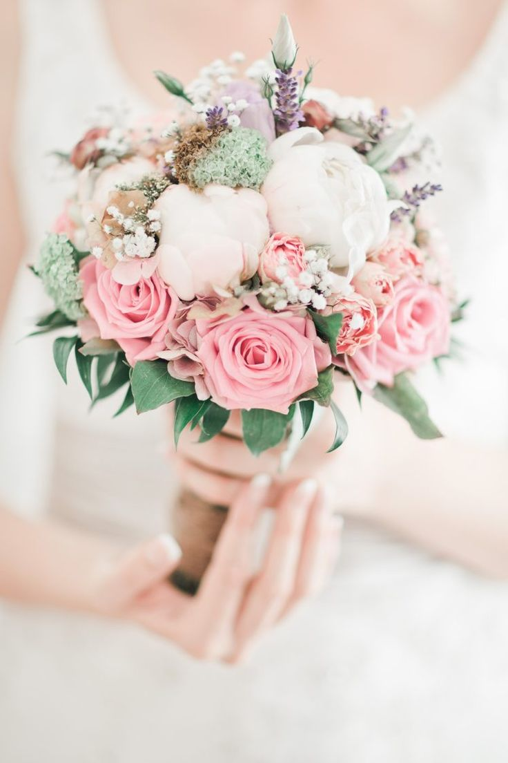 Fantactic wedding bouquet in pastel colors.