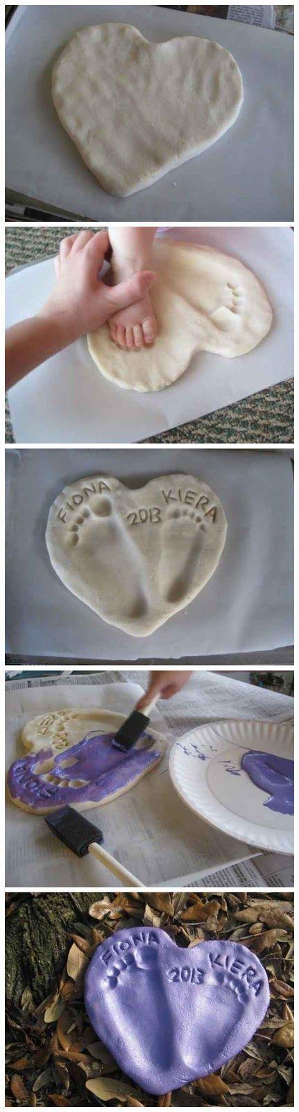 É tão fácil de fazer esse molde das mãos e pés do bebê, e um presente tão singelo! Se a criança for um pouco maior, ela pode ajudar no processo. ...
