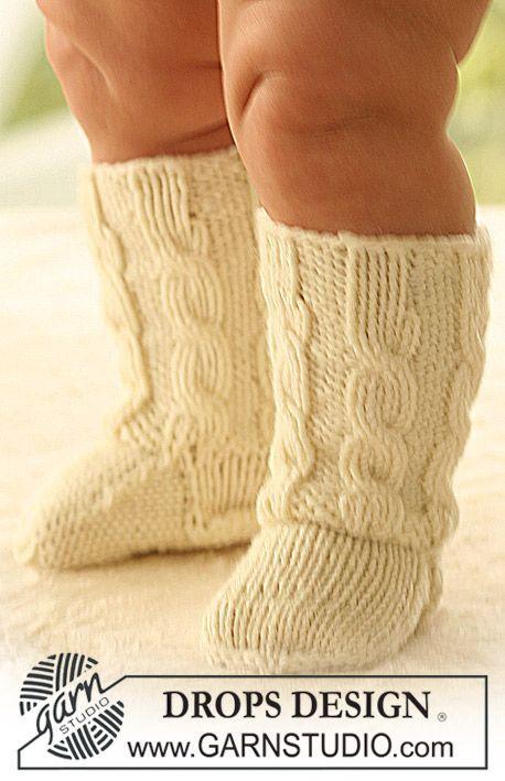 """DROPS sockor med flätor i """"Merino Extra Fine"""". Gratis mönster från DROPS Design."""