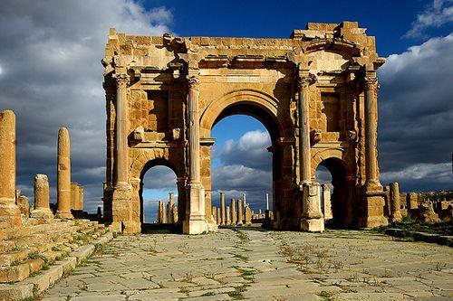 Timgad, Arco do Trajano da cidade é um dos muitos arcos espalhados pelo Império Romano. As ruas seguem um design perfeito, como seria de esperar de uma cidade construída sob encomenda. Hoje pode-se ver o Arco de Trajano, os locais de banhos e o Templo de Júpiter.