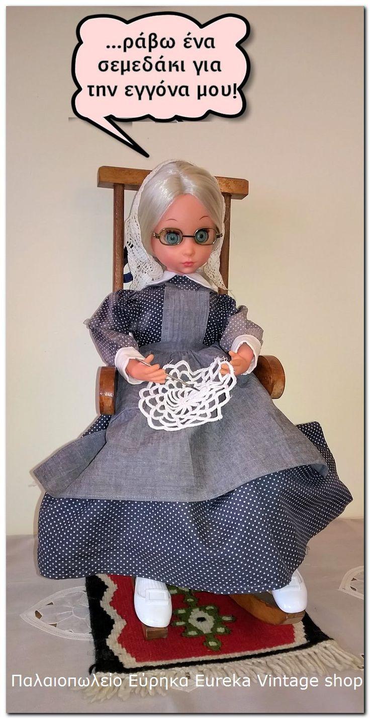 Η alta moda sussana της Furga σε ρόλο γιαγιάς. Η κούκλα προέρχεται από την δεκαετία 1970's το πρόσωπο της έχει βασιστεί στην κούκλα sussana, το σώμα είναι πάνινο και τα άκρα από βινύλιο. Κάθετε επάνω σε μια κουνιστή ξύλινα πολυθρόνα.