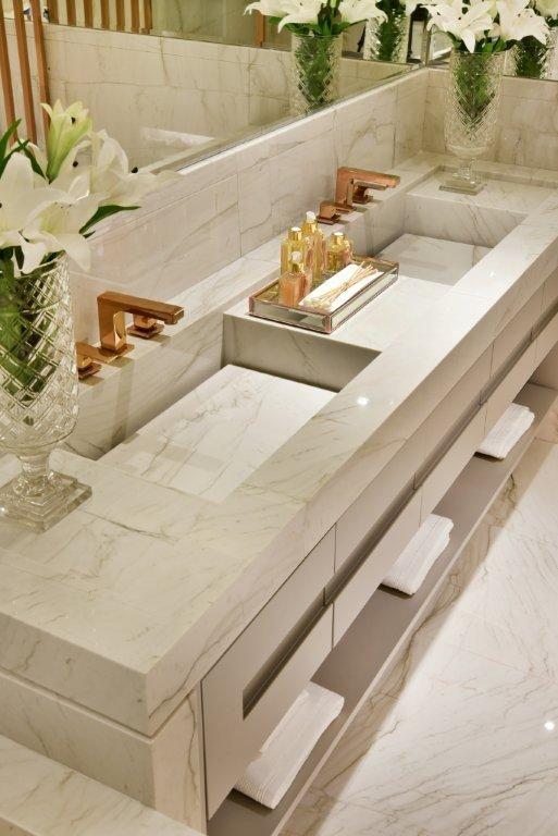 Detalhes da bancada em mármore #quitetefaria #arquitetura #design #decoração #atriaalphaville #mpd #bancada #cuba #marmore #louçasemetais #bathroom #cubaesculpida