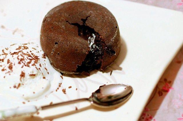 Мой  муж обожает шоколад. И вот уже несколько месяцев вспоминал про волшебный десерт, который попробовал в одном ресторане: сверху шоколадное тесто, а внутри…
