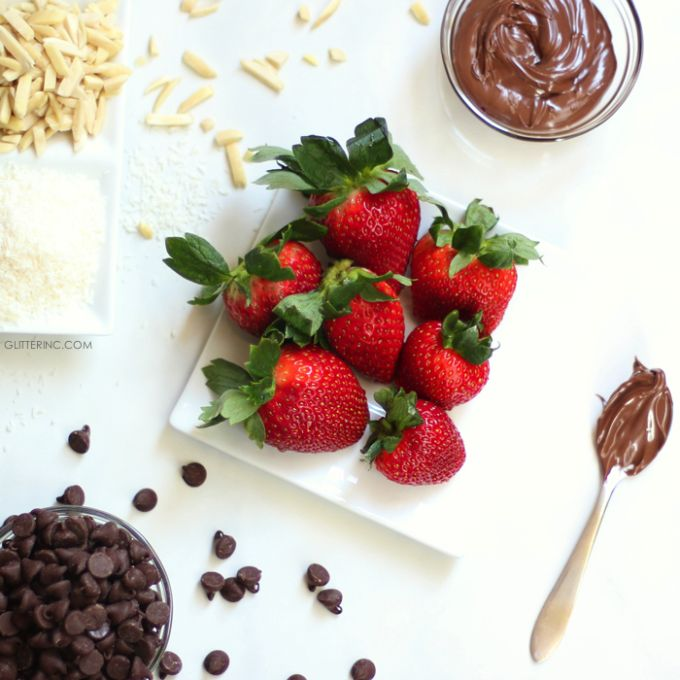 Chocolate and Nutella Covered Strawberries | sweet treats | chocolate covered strawberry recipe | homemade chocolate covered strawberries | valentine's day sweets | anniversary dessert ideas || Glitter, Inc.