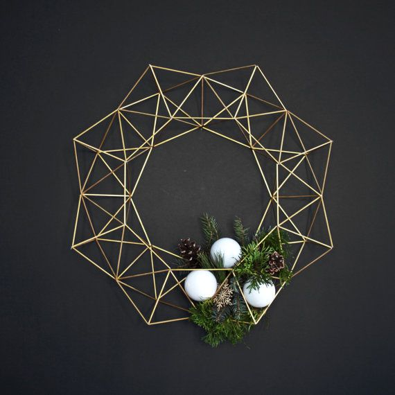 This beautiful Himmeli Wreath is original to the HRUSKAA collection. Inspired from the traditional Finnish himmeli mobile, it casts a beautiful geometric