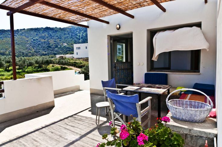 Apartament w Gazi, Grecja.    a beautiful house among the olive trees with views to the Aegean, You can safely eat al fresco on the veranda, enjoying the beautiful landscape or garden of olives maybe cooking the bbq. Near the village of Aghia Pelagia, where you will find a ...