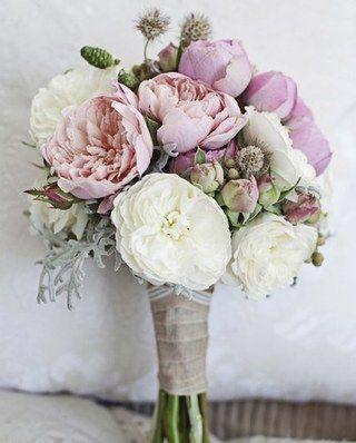 Des couleurs qui au premier abord semblent fades, mais qui, une fois accompagnées d'un ruban vintage,retrouvent leur caractère. Ce bouquet serait parfait pour accompagner une robe longue...
