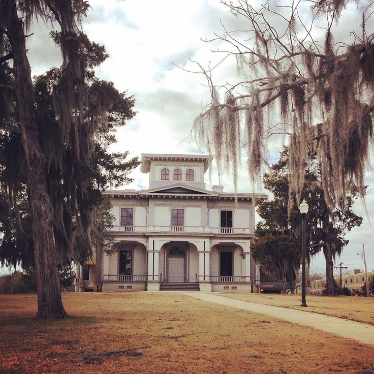 The John Boddie House circa 1860 is on the campus of Tougaloo College near Jackson. It was part of a large cotton plantation before the establishment of Tougaloo in 1869. Tougaloo was established to educate freed slaves. The house was restored within the past few years. Beautiful campus!#mississippihouses #tougaloo #mississippi #jacksonms #oldhouse #oldhouselove #archi_ologie #architecture #antebellum #italianate #historic #houseportrait #preservation #nrhp #dreamhouse #casasecasarios…