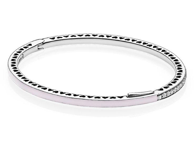 Pandora Bangle Pink Radiant Hearts of Pandora 16 cm 590537EN68-1. Prachtige armband die in de rand voor de helft is voorzien van emaille in een roze kleur. De andere helft is voorzien van heldere witte zirkonia's. De zilveren zijranden hebben hartjes die om en om uit het zilver zijn gestoken. Een mooie en chique armband. https://www.timefortrends.nl/sieraden/pandora/bangles.html