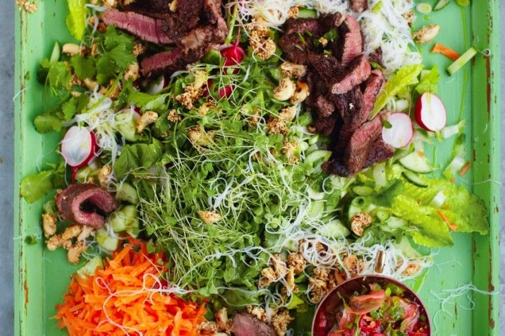 Jamie Oliver's Aziatisch rundvlees met noedelsalade & gemberdressing - Culy.nl