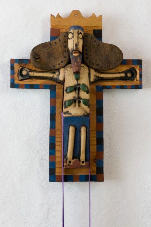 Bjergby kirke: Krucifix · Krucifix udført af Niels Helledie og ophængt på triumfvæggen ved siden af prædikestolen. Krucifixet er udstyret med et udskifteligt bånd i de liturgiske farver. Det er en gave til kirken.