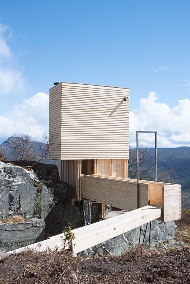 Construido en 2017 en Municipalidad de Vang, Noruega. El proyecto consta de un pequeño sauna con vestidor yuna parada de descanso en la granja de veraneo Leirhol en Vang, Valdres. Tiene una huella de...