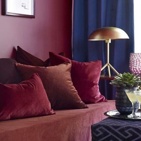 En følelse av luksus kombinert med nydelige myke stoffer balanserte farger. #fargerike_norge #dekorativ #rød#luksus#stue#puter#balanse