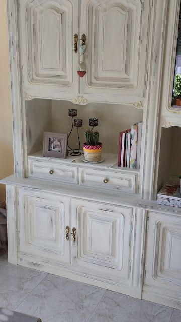Diy: transformación y decapado de un mueble | Manualidades Wardrobe Makeover, Showcase Design, Little Girl Rooms, Home Staging, China Cabinet, Chalk Paint, Painted Furniture, Sweet Home, Shabby