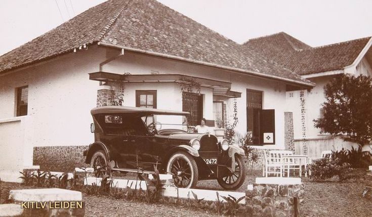 Auto voor een Europese woning te Bandoeng.... I wonder how long it would take to ride this old antique car from Jakarta to Bandung, nowadays with the new highway it's only 3 hours driving, I guess back then it would be around 8 or 9 hours...