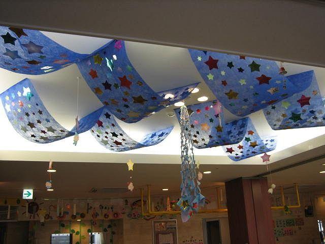 七夕の時期に合わせ、通所フロアーの天井を星でいっぱいに飾り付けてみました。 中心には七夕飾りを装飾し、タンポポにぶら下がっていた妖精たちも星からぶら下がりました。 廊下には、柱と壁に笹を...