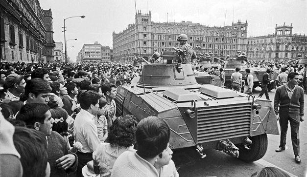 2 de octubre de 1968. Una concentración masiva integrada por estudiantes, trabajadores, y habitantes de Unidad Habitacional Tlatelolco  fue emboscada por fuerzas militares y paramilitares en la Plaza de las Tres Culturas.