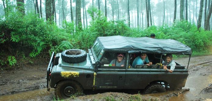 Rasakan badanmu terbawa oleh guncangan mobil offroad. Cherokee Adventure: Offroad Membelah Hutan Sukabumi, hanya Rp350.000 (We invite you to feel the fluctuation made by the offroad car. Cherokee Adventure: Offroad in Sukabumi, only Rp350.000)