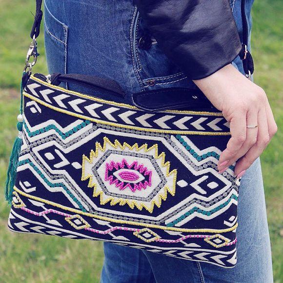 Très belle pochette brodée style ethnique qui va égayer nos tenues d'été : http://www.taaora.fr/blog/post/sac-ethnique-motif-broderie-en-couleurs-noir-blanc-bleu-jaune-rose #sac #ethnique