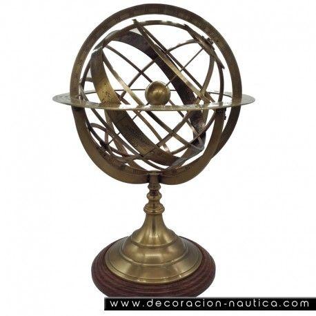 ESFERA ARMILLAR La esfera Armillar es un modelo de la esfera celeste utilizada para mostrar el movimiento aparente de las estrellas alrededor de la Tierra o el Sol, está construido sobre un esqueleto de círculos graduados mostrando el ecuador, la elíptica y los meridianos y paralelos astronómicos. Esfera Armillar en latón antiguo.