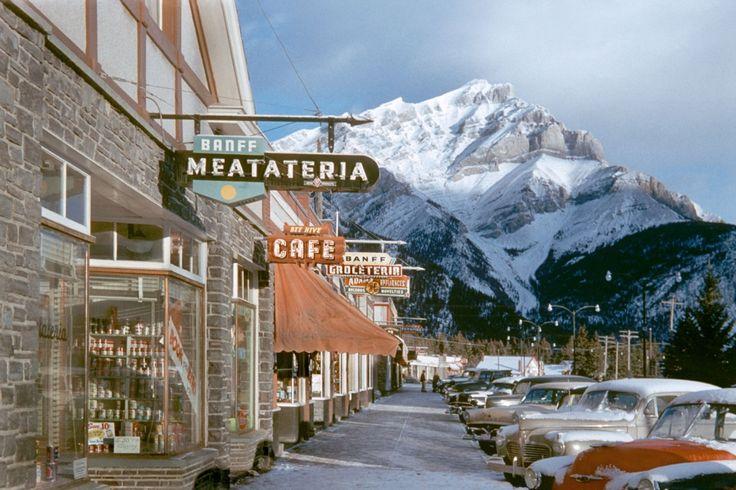 Вид на Скалистые горы с улиц городка Банф, Канада. 1955 год / Вид на Скалистые горы с улиц городка Банф, на границе со старейшим Национальным парком в Канаде, тоже называющимся Банф. 1955 год. Фото: Fred Herzog.