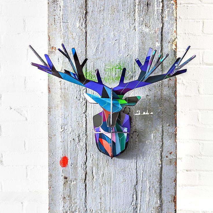 Una cabeza de ciervo de brillantes colores