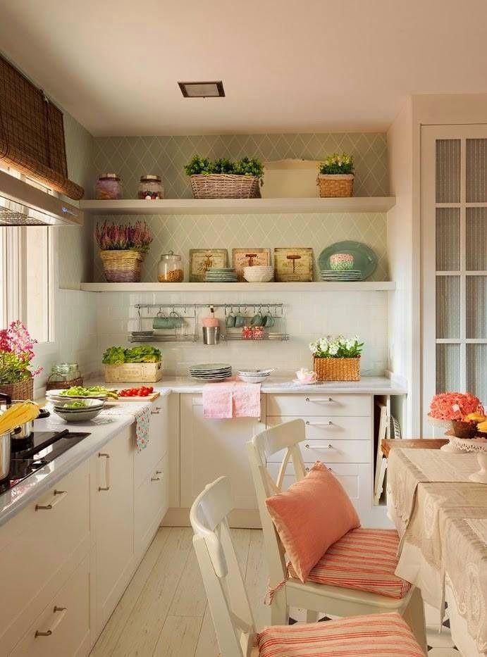 PERFETTI TUTTI I COLORI: mobili bianchi, ripiani grigio chiaro, parete (paraschizzi) verde salvia/pastello