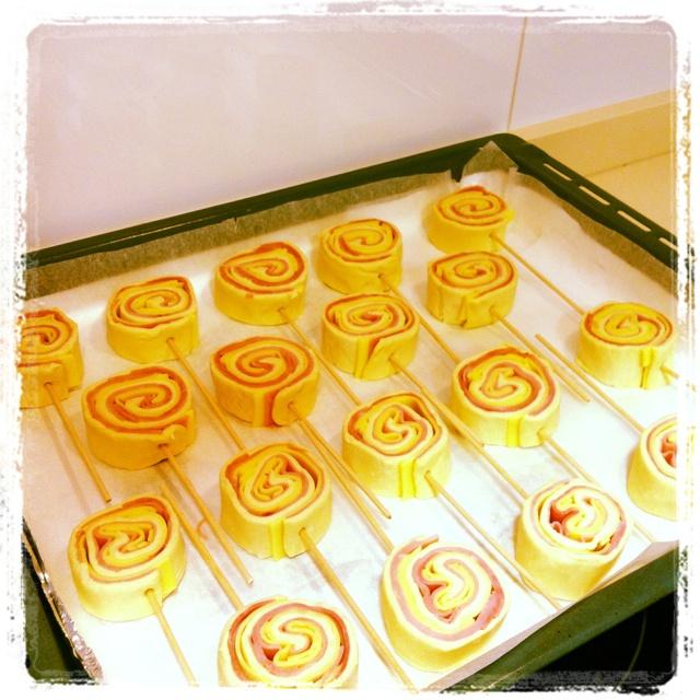 Piruletas de hojaldre rellenas de jamón y queso. Receta de @cocinaconpoco