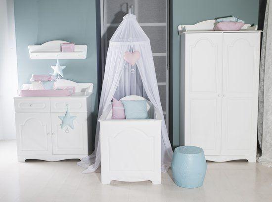 Zowel voor een jongen als een meisje geschikt, deze prachtige en complete meubelset van de 'Babykamer Daphne' lijn.  https://www.bol.com/nl/p/babykamer-daphne/9200000052410085/?Referrer=ADVNLPPcef8d800cdbf92970065bba51d010042297
