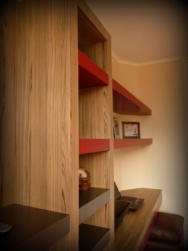Mueble panel para TV, librero con cajón profundo inferior, dos voladizos superiores y escritorio con cajones largos, Mueble enchapado en tres tonos y engrosado.