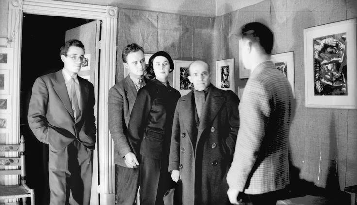 Seconde exposition des Automatistes. Sur la photo : Marcel Barbeau, Pierre Gauvreau, Madeleine Arbour, Paul-Émile Borduas et Claude Gauvreau...