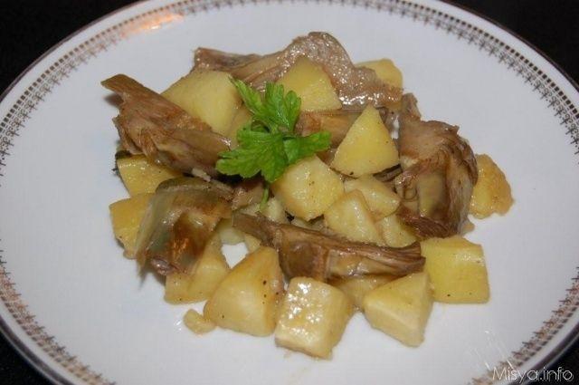 Carciofi e patate e' un piatto che mi piace molto mangiare in inverno, completo e sostanzioso, può essere servito sia come contorno che come secondo piatto. Ieri