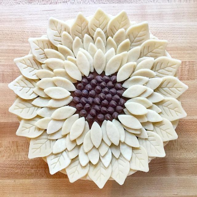 Cool flower pie crust idea