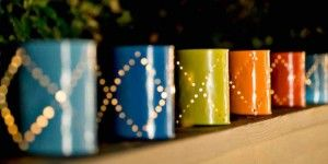 Theelichthouders in verschillende kleuren, gemaakt van lege blikjes