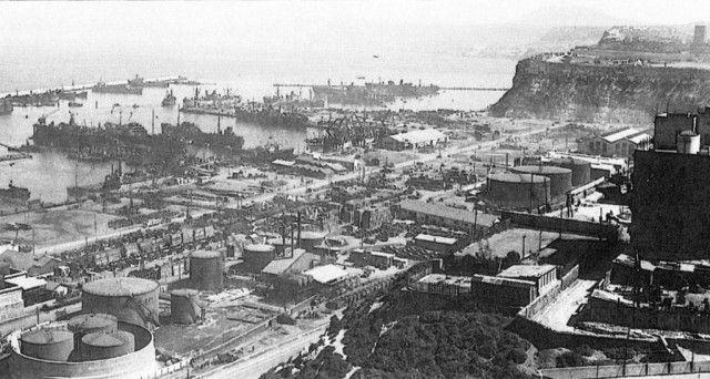 Puerto de Orán  En la Operación RESERVIST, los cortadores británicos Walney y Hartland llevaron cientos de soldados estadounidenses a las defensas francesas antes del amanecer del 8 de noviembre. La entrada al puerto es visible en el centro superior de esta fotografía, tomada seis meses después.