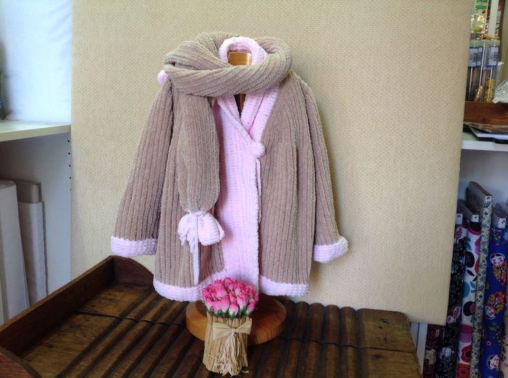 Abrigo realizado a dos agujas con Bambi de Katia, es muy suave y acompañando la bufanda haciendo juego