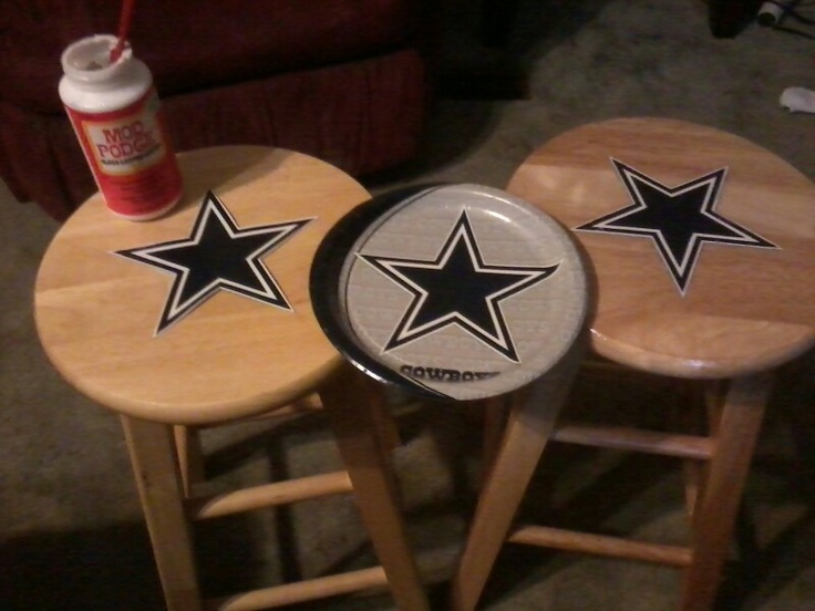 A Dallas Cowboys paper plate ($2.99 @ Wal-mart)....some Mod Podge and a couple of stools given to me by my mother in law and I made some Cowboy's bar stools worthy of my heart!