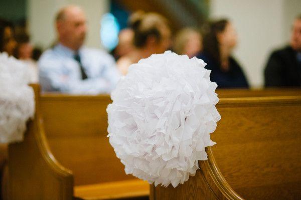 kolorowe dekoracje weselne pompony
