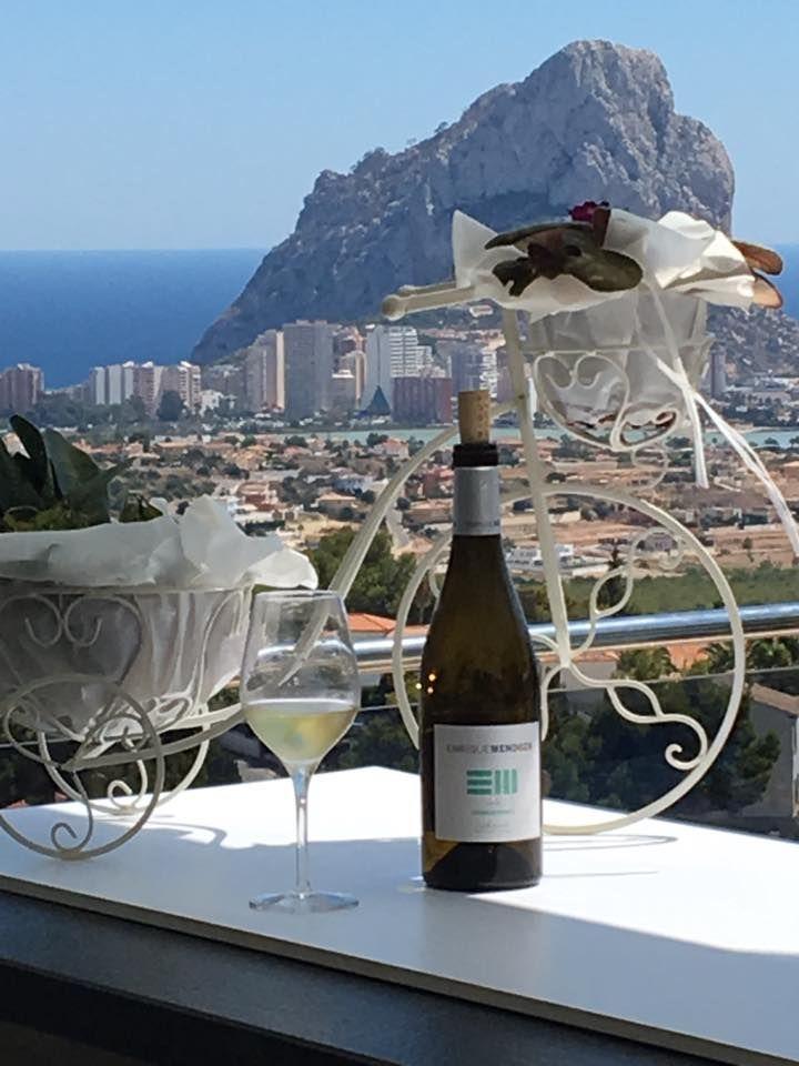 Con estas vistas, tomar una copa de un buen vino se convierte automáticamente en un momento mágico.  #Bungalows #Calpe #Mediterráneo #Vino #Vistas