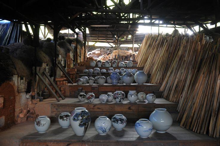 항산도예의 전승재래식가마와 조선진사백자 작품들. 가마에 들어가는 장작은 모두 소나무만 쓰인다.