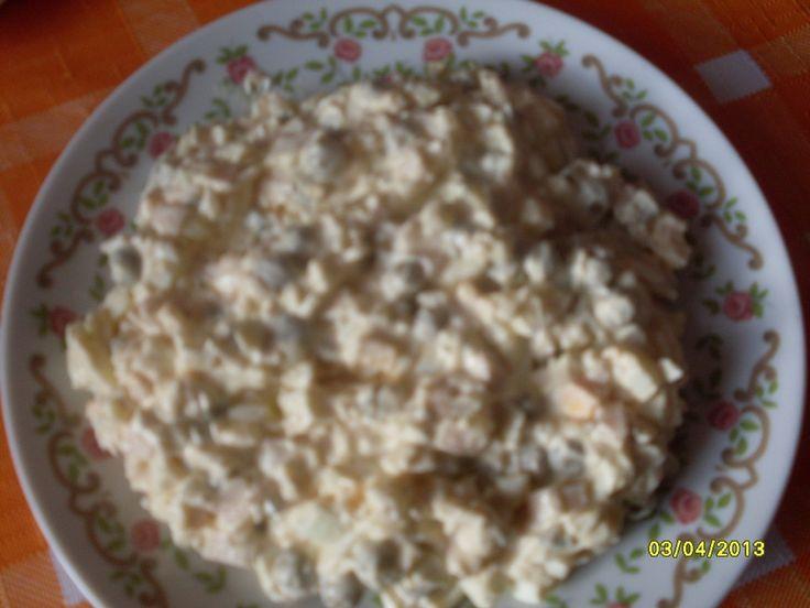 Vajíčka protačíme mřížkou na brambory,šunku,cibuli,okurky nakrájíme nadrobno,přidáme majonézu,Wasabi křen,dobře promícháme,osolíme,opepříme a...