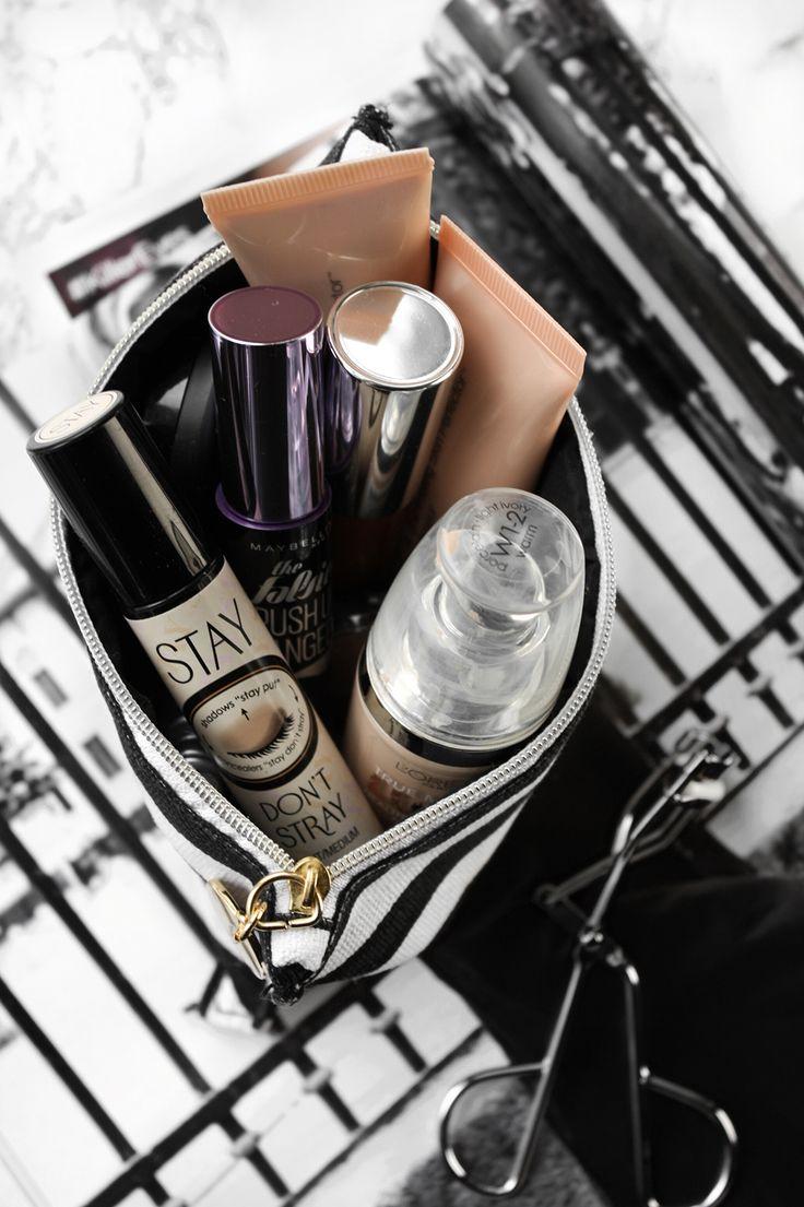 Jeg har en hel reol dedikeret til min makeup og beauty produkter, men af en eller anden uforklarlig grund ender de makeup produkter som jeg bruger mest i en lille makeup-taske på nederste hylde i min reol. Og det er…
