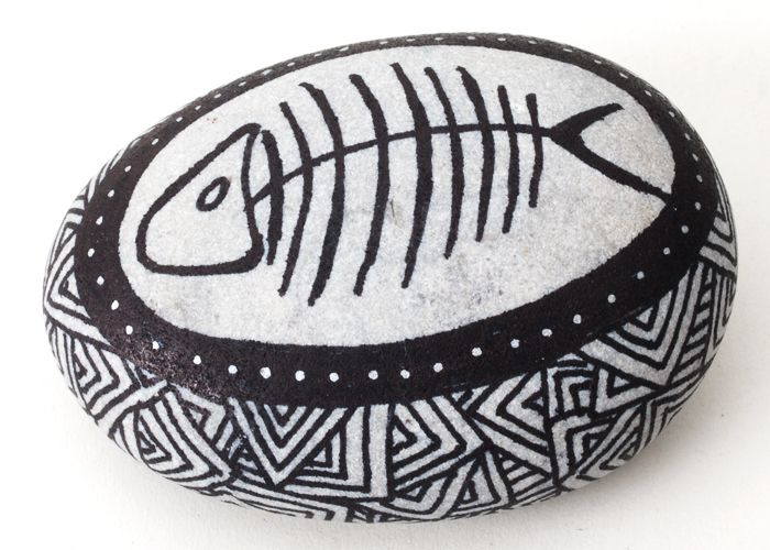 Sten med tuschtegning - Tinga Tango Designbutik. Interiørbutik - Interior - Children - Børn - Toys - Legetøj - Brugskunst - Design - Kunst - Webshop - Billig fragt - illustrationer - porcelæn - keramik - Black - Sort